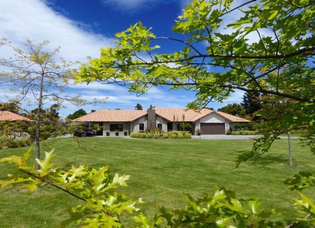 Thurston Garden, a professionally landscaped garden on 1.1 hectares for former olive orchard.